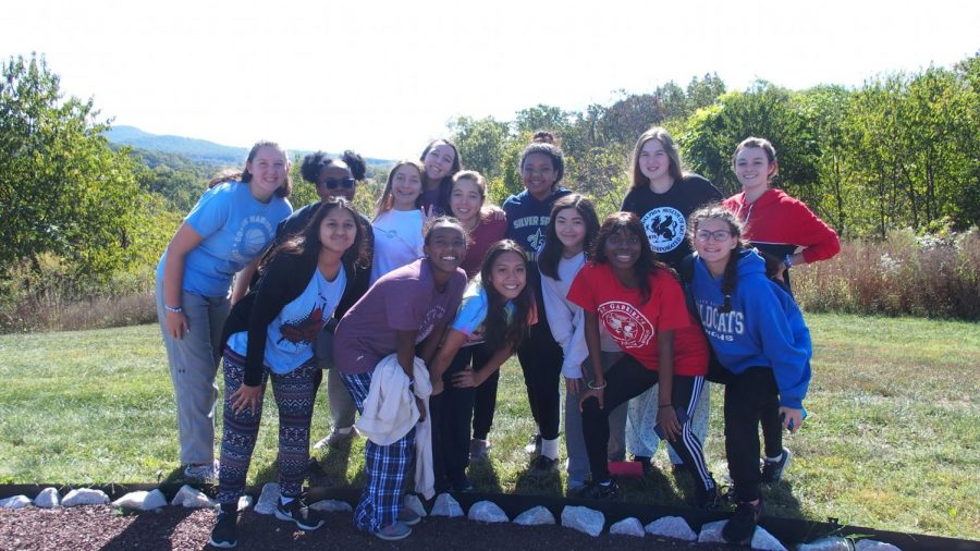 A+group+of+juniors+posing+outside+at+the+end+of+the+retreat.